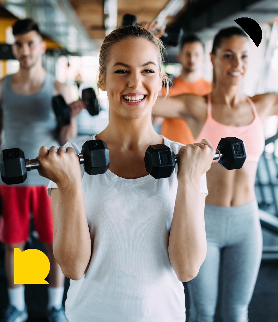 glad kvinde til styrketræning