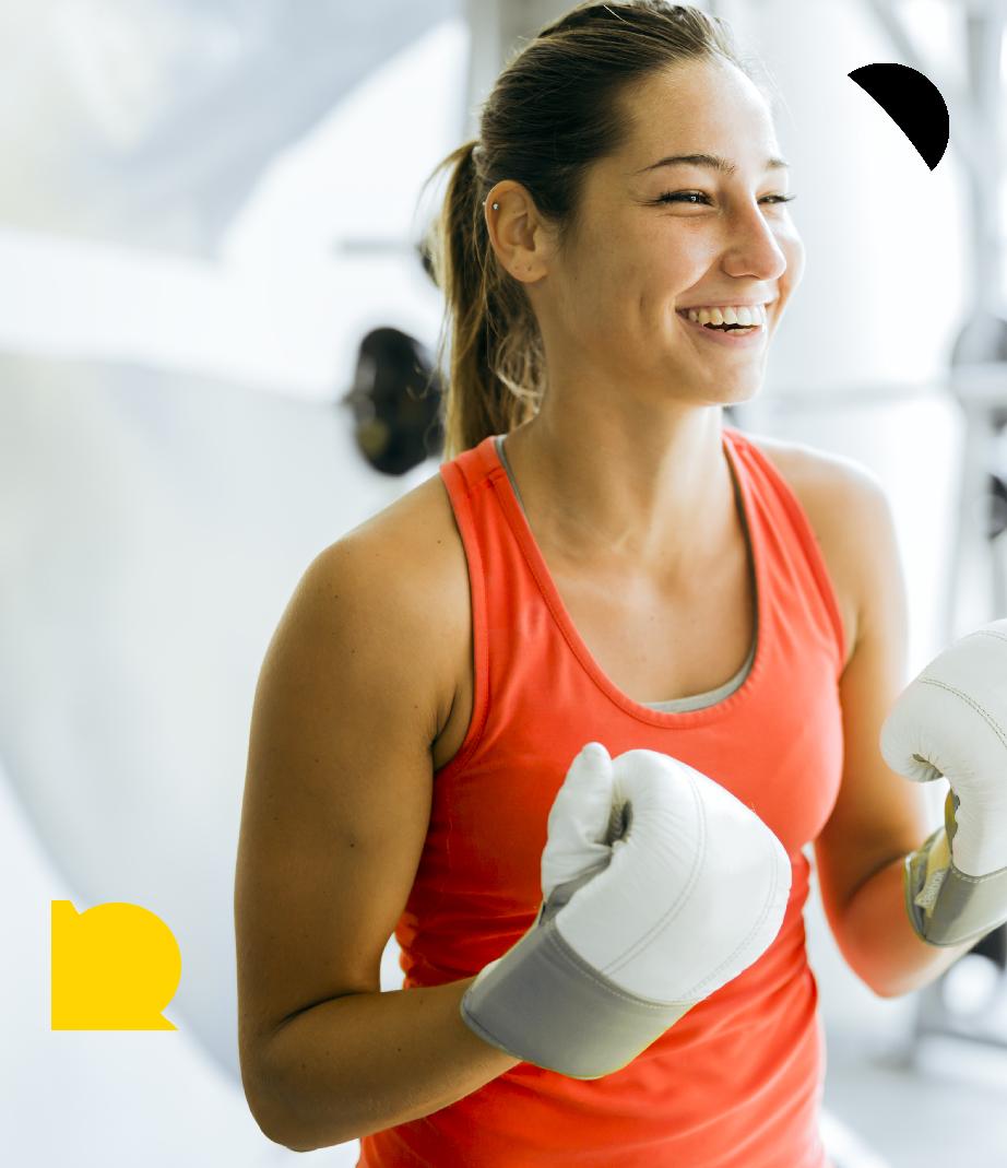 glad kvinde til boksetræning