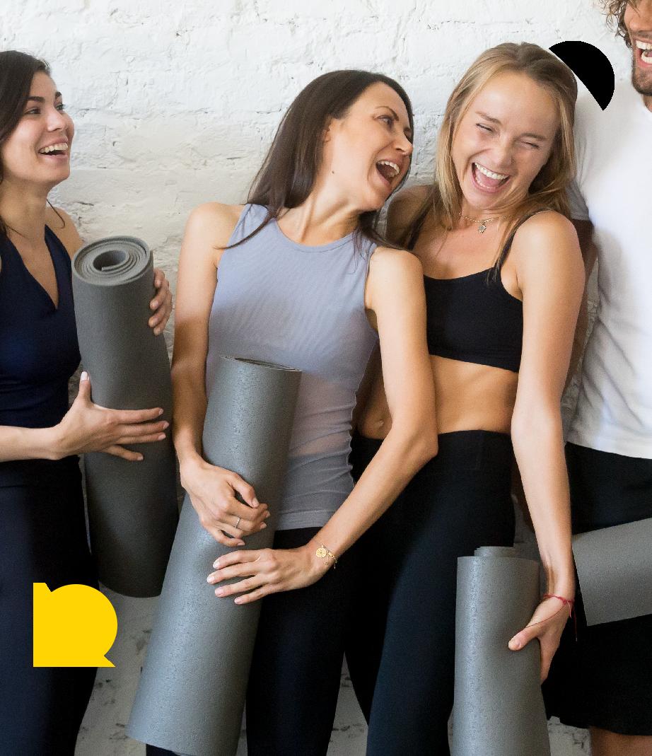 Glade kvinder til ashtanga yoga